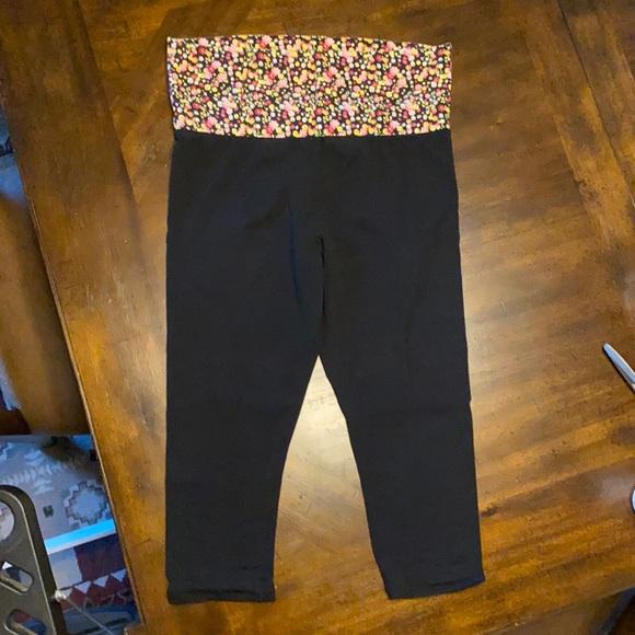 No Boundaries black knit yoga capris w/floral top
